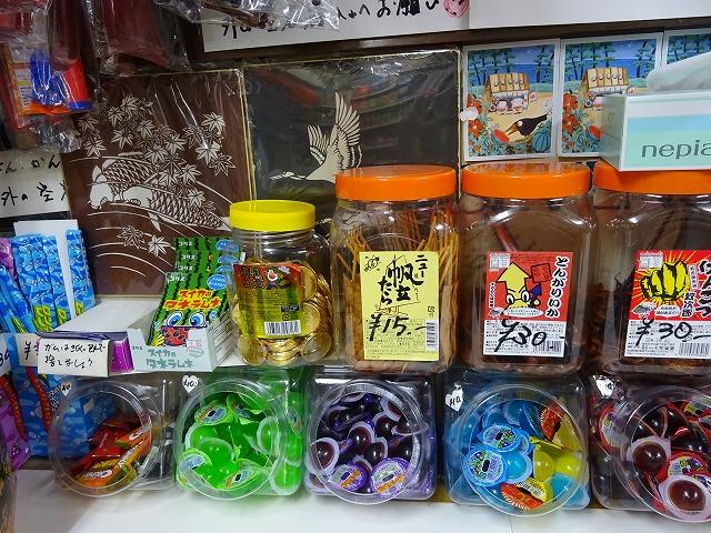 プラスチックの容器に入った駄菓子