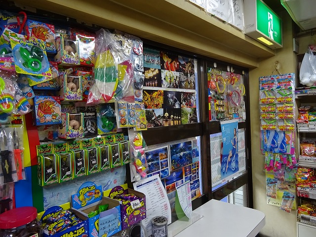 お店の壁にかけられている商品
