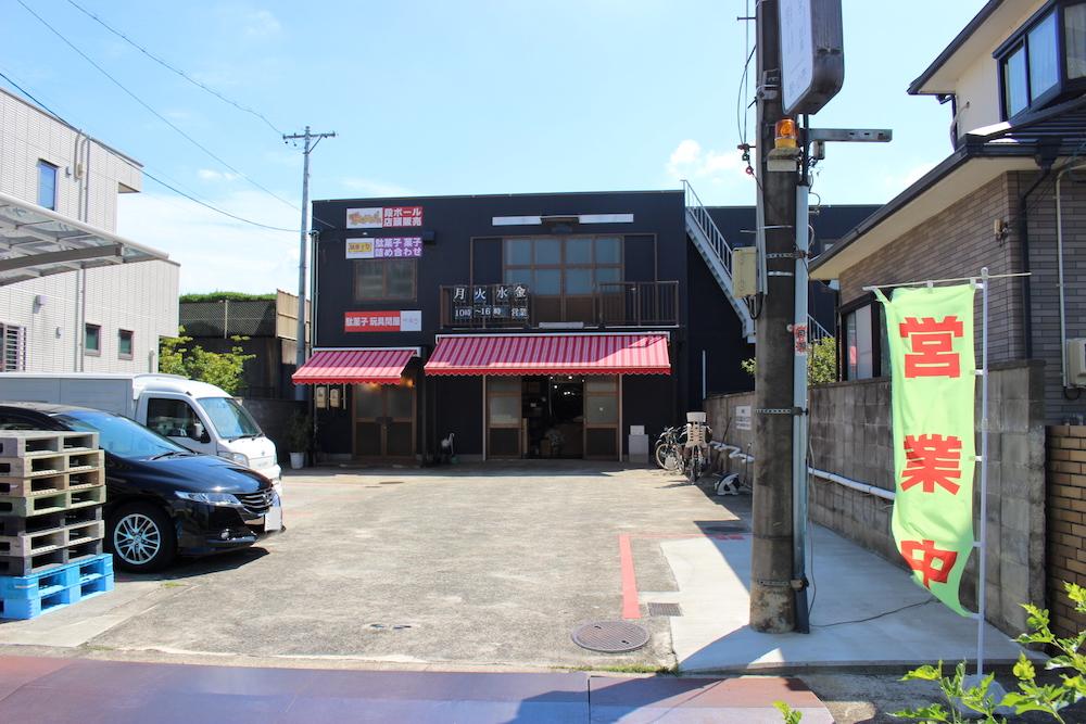 赤い屋根を持つお店の正面