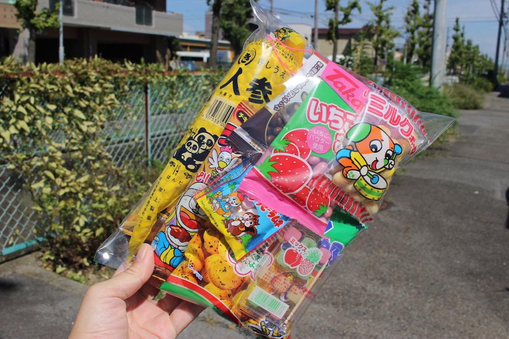 手に持たれたお菓子の袋