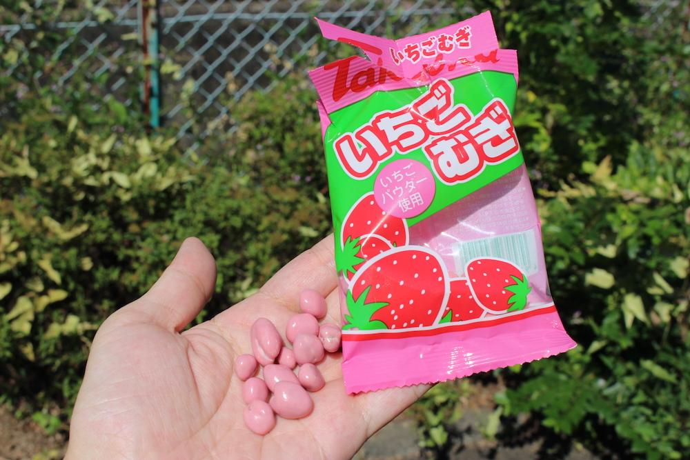 ピンク色のお菓子のパッケージ