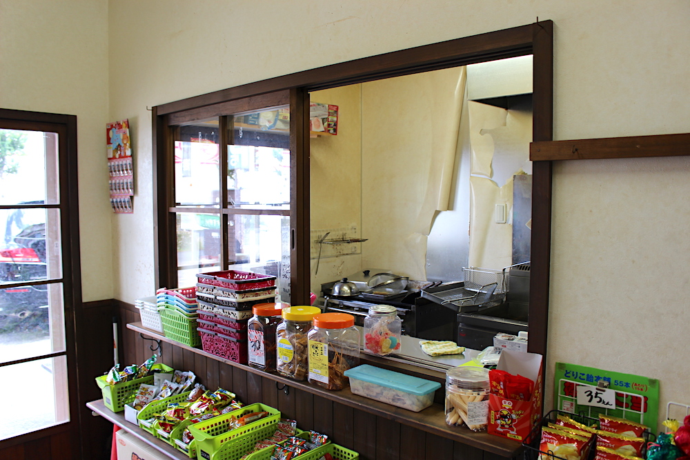 並べられたお菓子と厨房