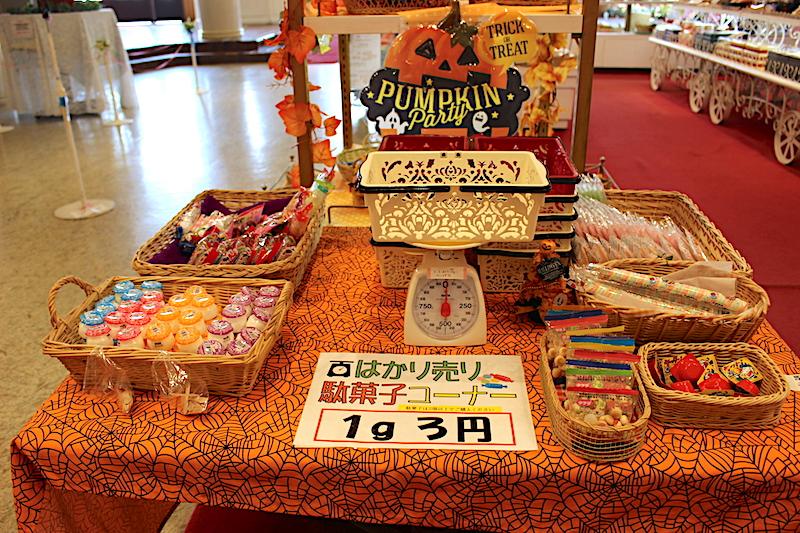 ハロウィン色のテーブルとお菓子