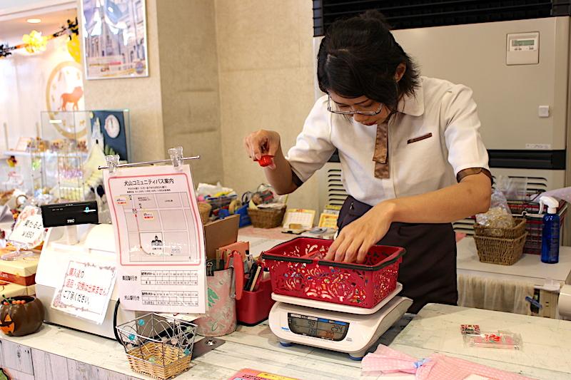 お菓子の重さを測る女性