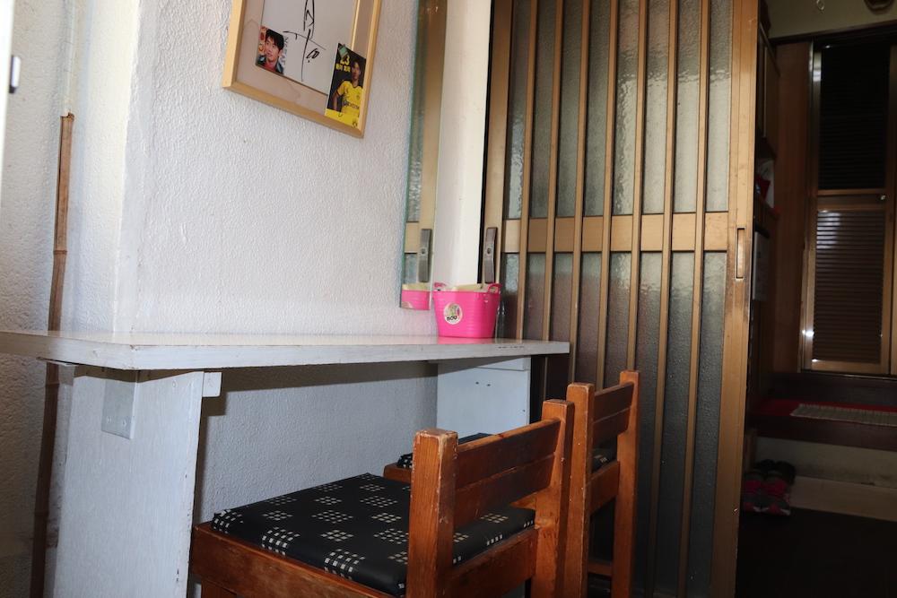 小さなテーブルと椅子でできたイートインスペース