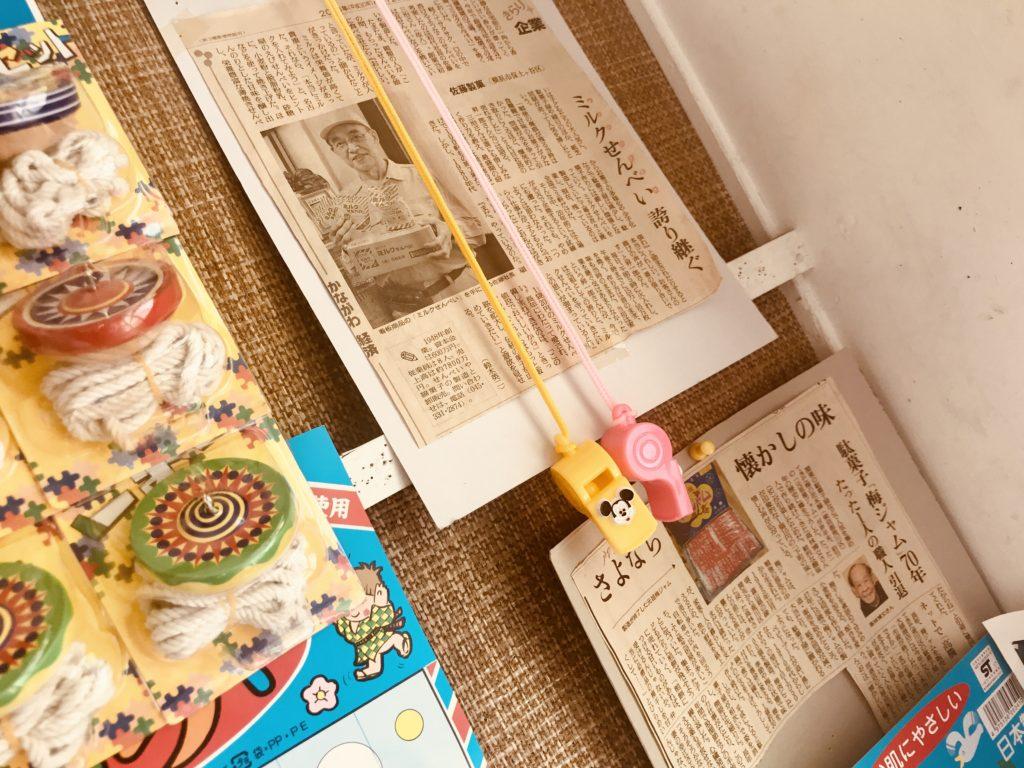壁にかけられた新聞の切り抜き