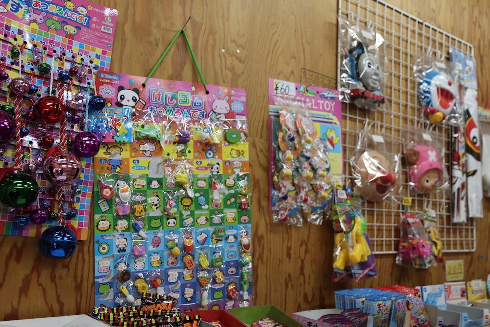 壁にかけられたおもちゃの商品