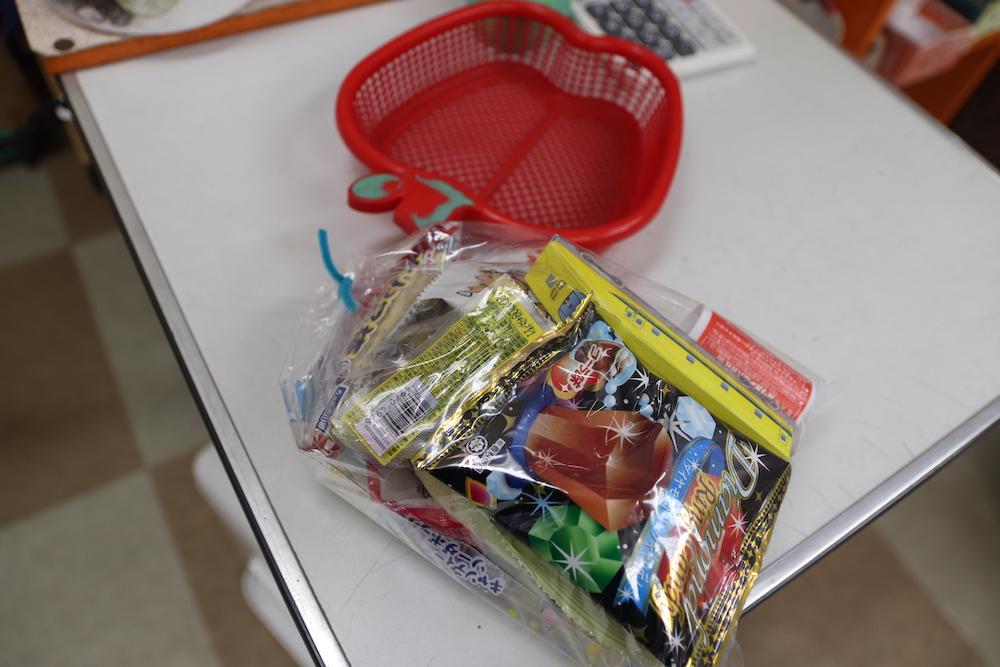 袋詰めされたお菓子と赤いカゴ