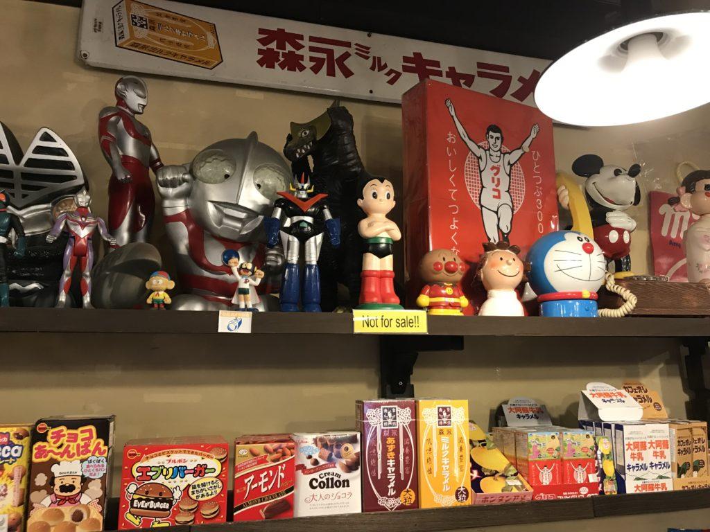 棚に置かれた人形