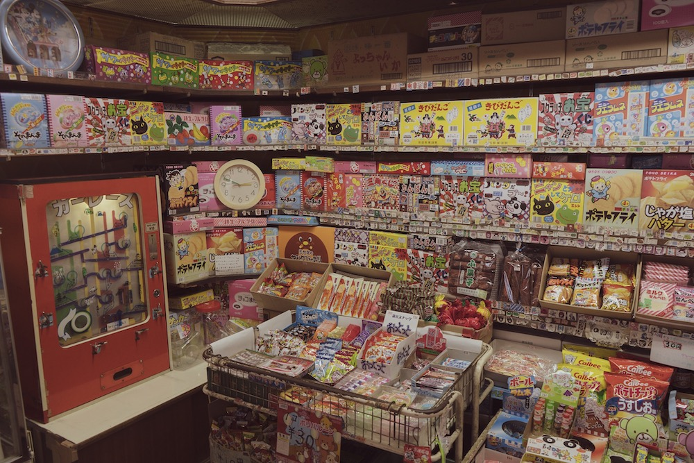 駄菓子が並ぶ店内