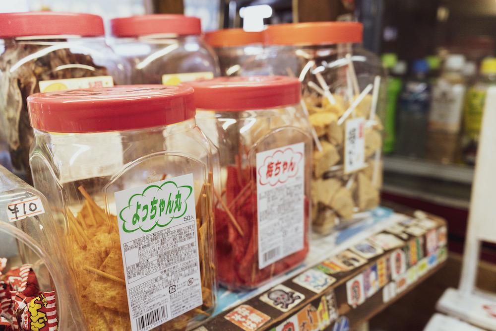容器に入った串のお菓子