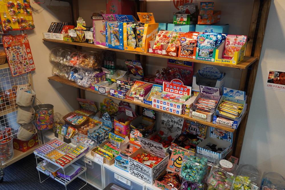 店内に並んだ駄菓子