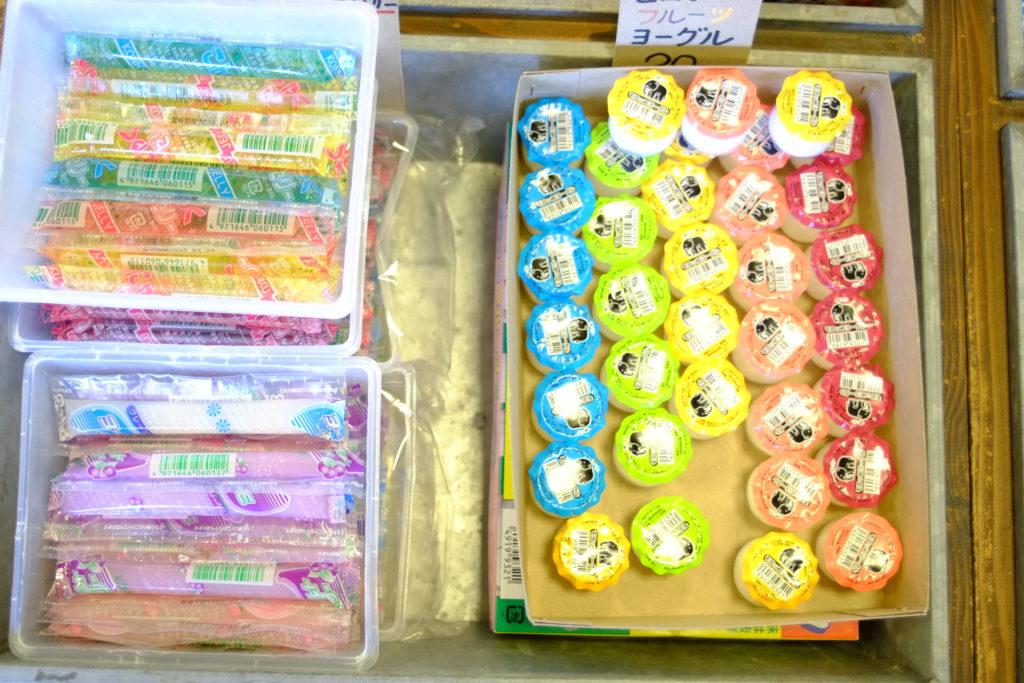 カラフルなお菓子のパッケージ