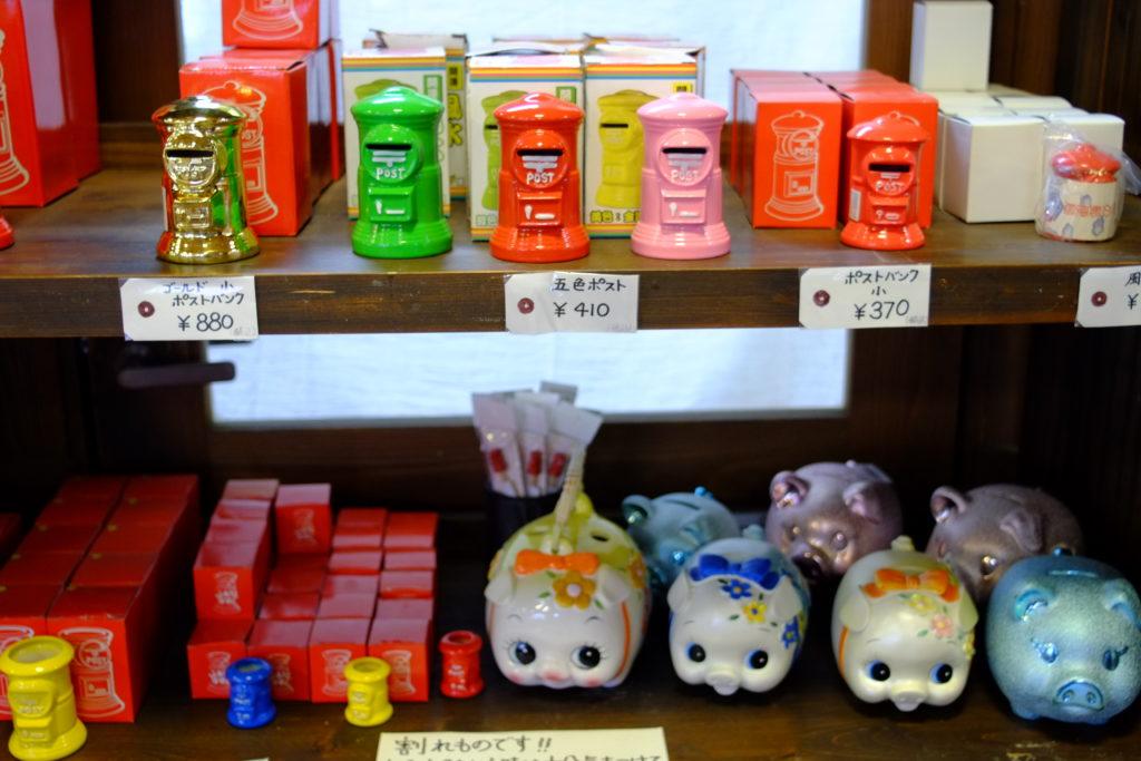 ポスト型の貯金箱と様々なおもちゃ