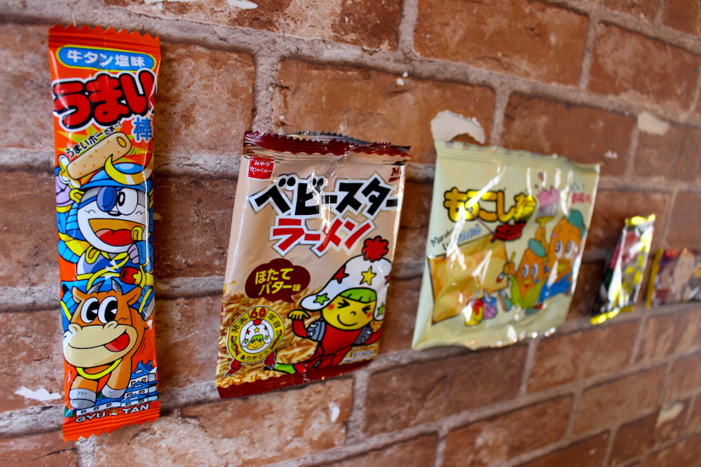 壁に貼られたお菓子の袋