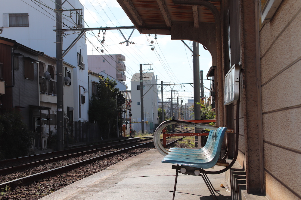 駅のホームとベンチ