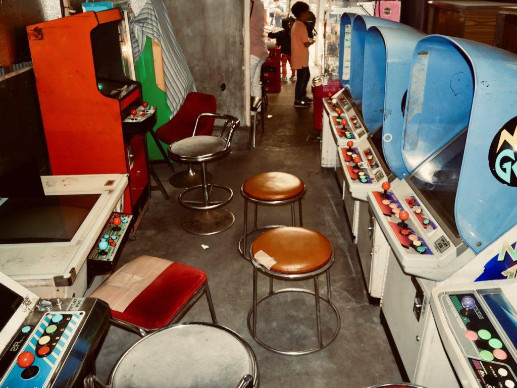 店内に並ぶゲームと椅子