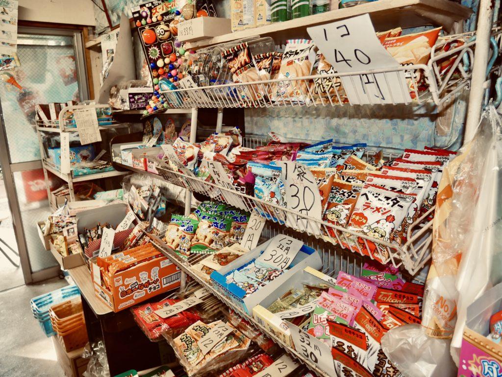 棚に並べられたお菓子