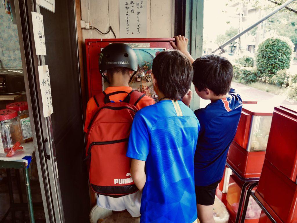 ゲームに夢中になる男の子たち