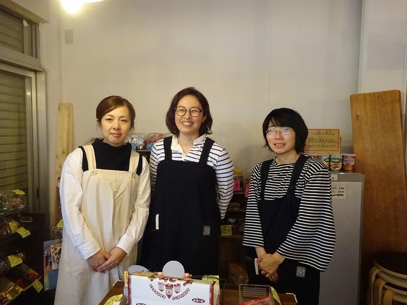 笑顔を見せる3人の女性