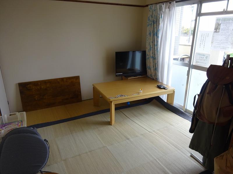 テーブルとテレビ