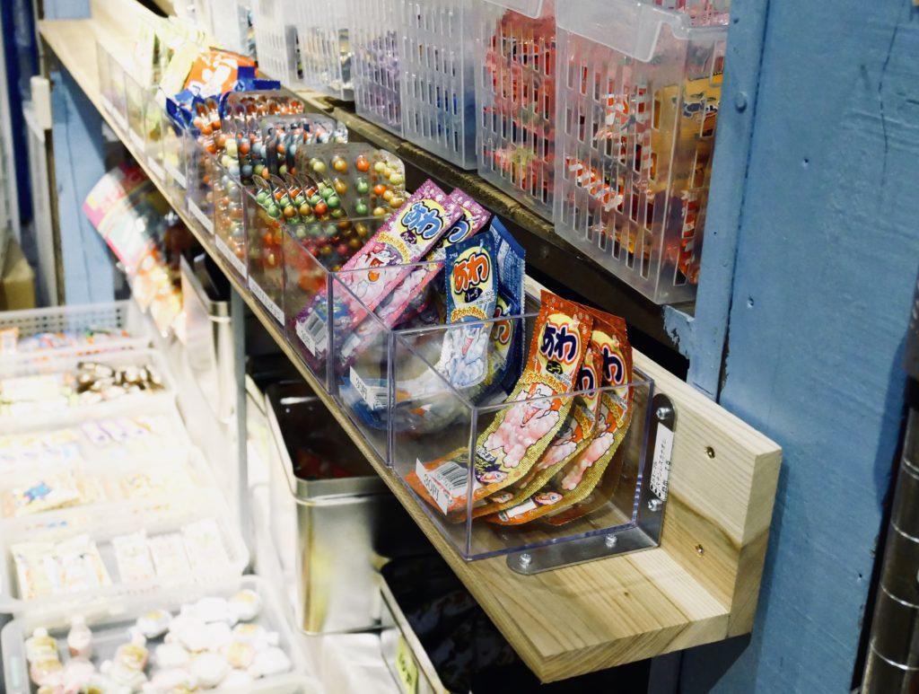 プラスチックケースに置かれた駄菓子