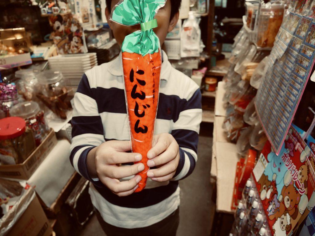 お菓子を持つ男の子