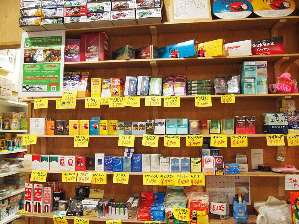 棚に並べられたタバコ