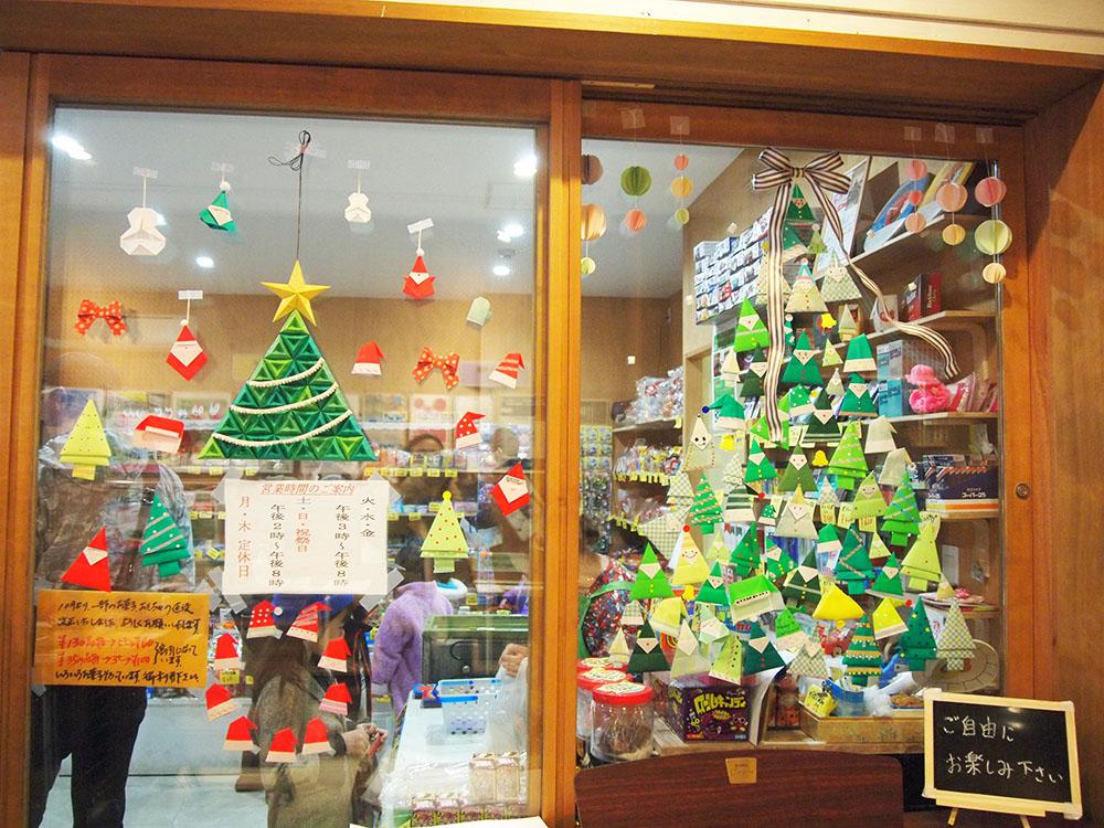 クリスマスツリーが描かれた窓ガラス