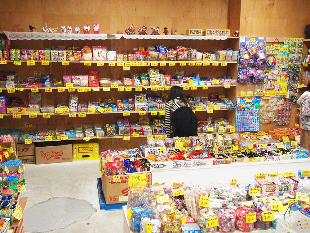 お菓子が置かれた広い店内