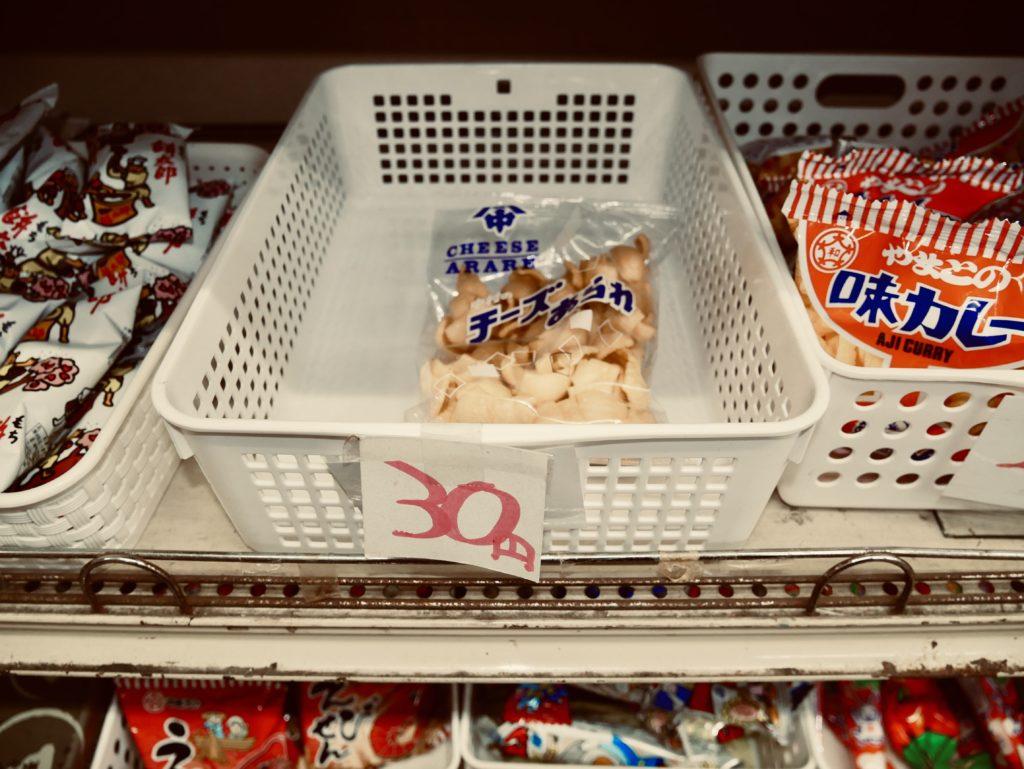 白いかごに入った菓子