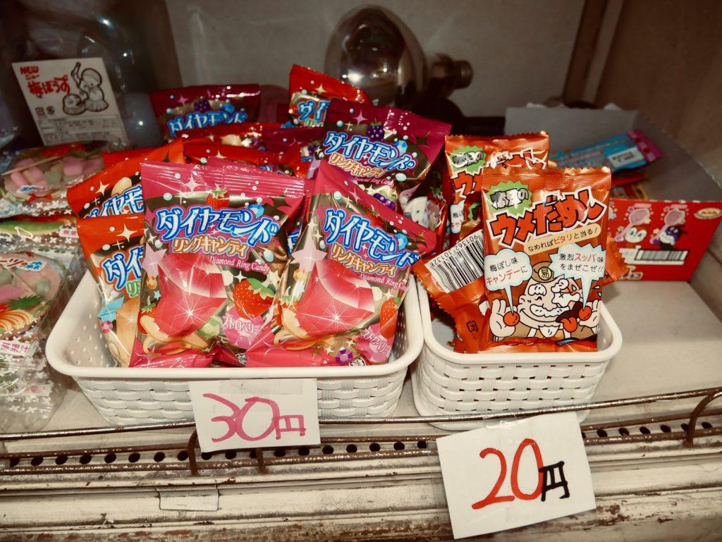 赤いパッケージのお菓子