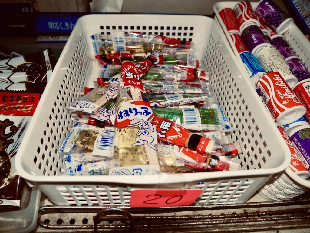 かごに入った小さなお菓子の集まり