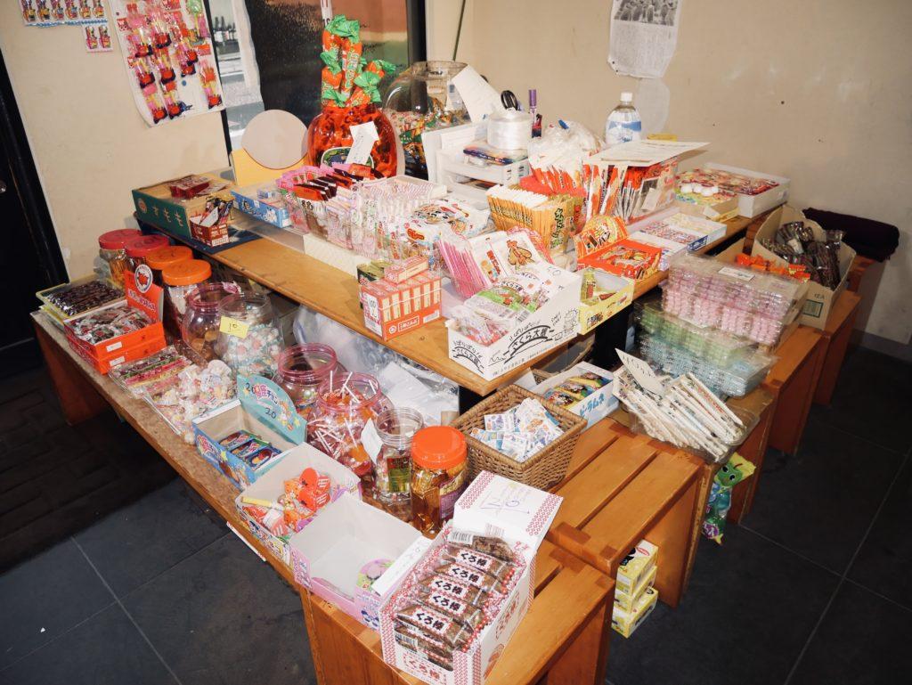 棚に置かれた数々の駄菓子