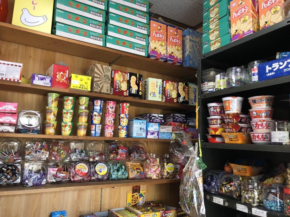 店内に設置されたお菓子とカップラーメン