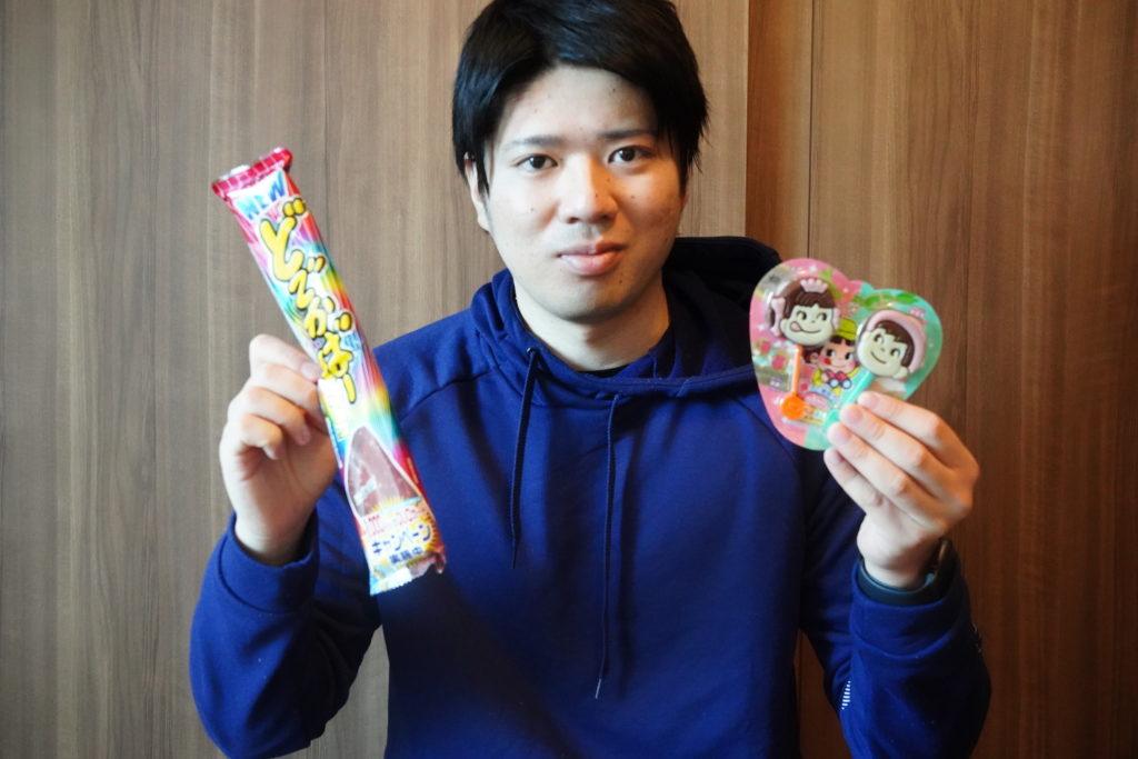 お菓子を持つ男性