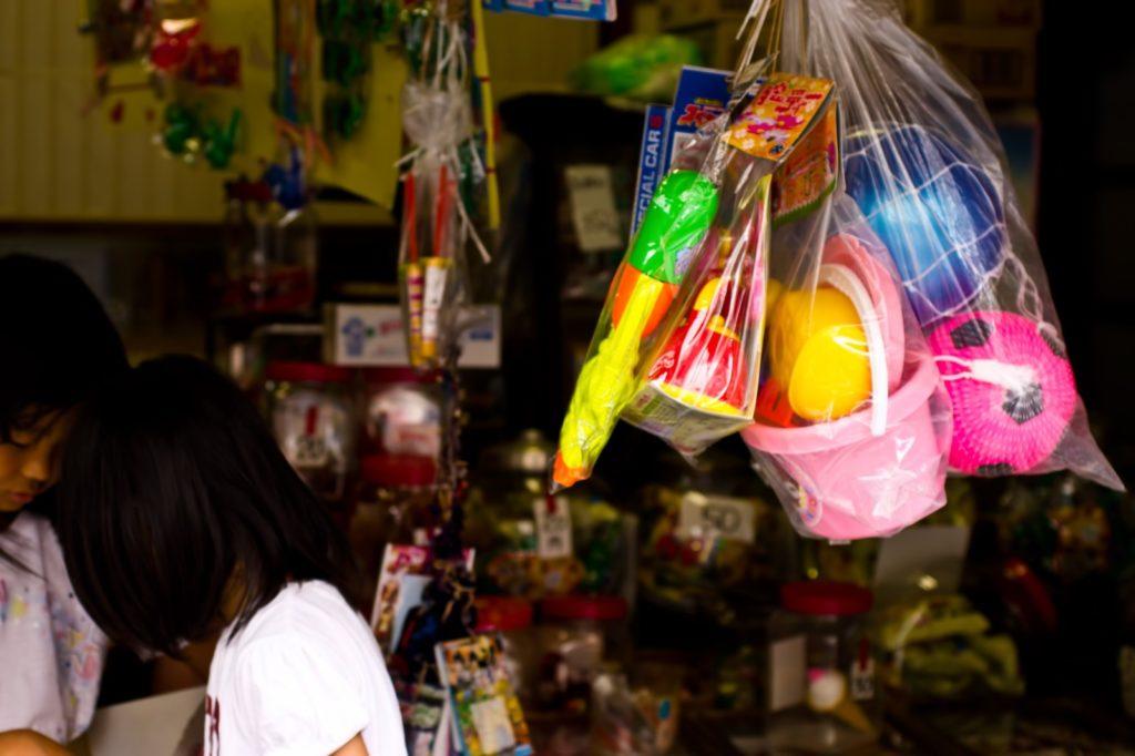 駄菓子屋で遊ぶ子ども