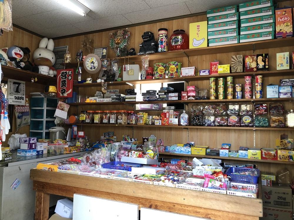 店内に設置された駄菓子と雑貨