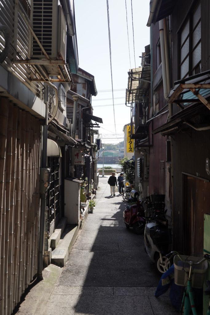 古い建物の間の道