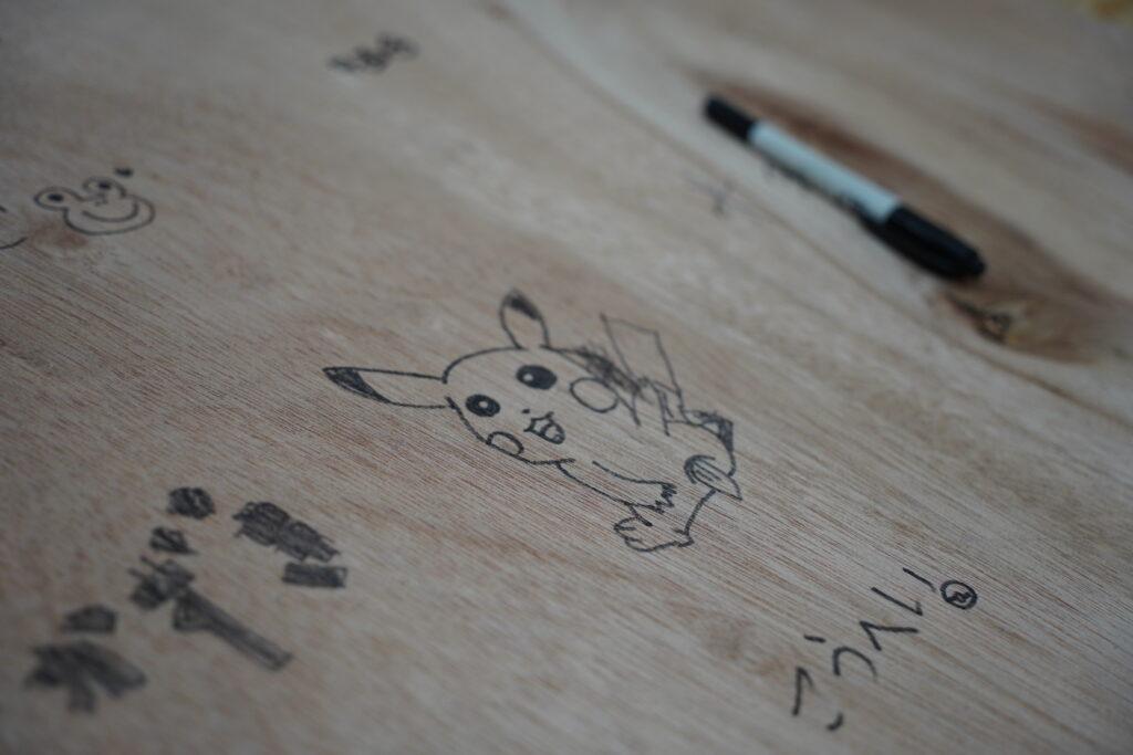 木に描かれたアニメキャラクターの絵